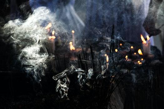 Kostenloses Stock Foto zu schwarz, rauch, indien, kerzenlicht