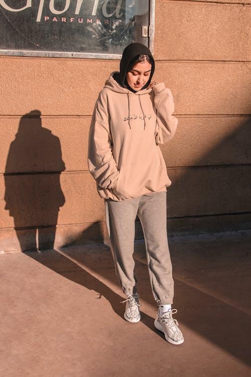 Fotos de stock gratuitas de al aire libre, chaqueta, de pie