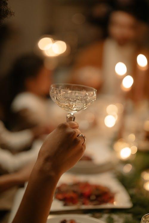 Fotobanka sbezplatnými fotkami na tému alkoholický nápoj, držanie, jedálenský stôl
