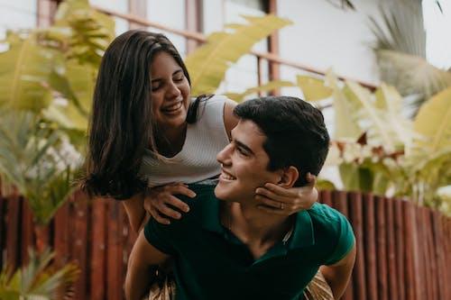 Foto profissional grátis de abraço, adolescência, afeição