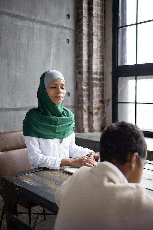坐在沙發上的綠色蓋頭的女人