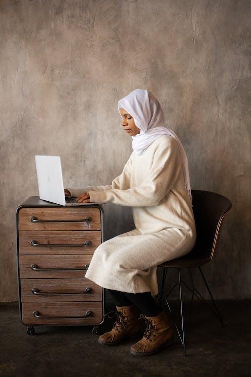 Mujer, En, Blanco, Hijab, Sentar Silla