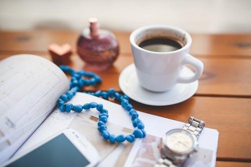 Foto d'estoc gratuïta de cafè, copa, rellotge de polsera, telèfon intel·ligent