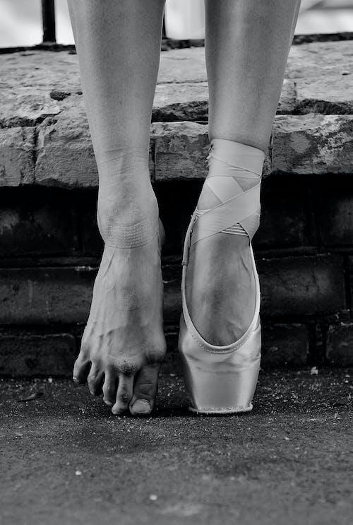 Grijswaardenfoto Van Persoon Die Witte Sokken Draagt