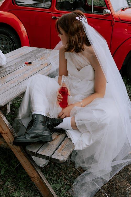 Gratis arkivbilde med bil, brud, brudekjole