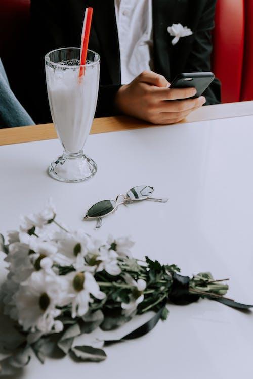 Прозрачная стеклянная ваза на белом столе