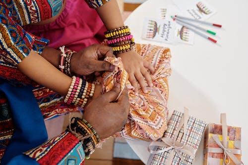 Foto Der Hände Oben Auf Geschenk Eingewickelt In Einem Tuch