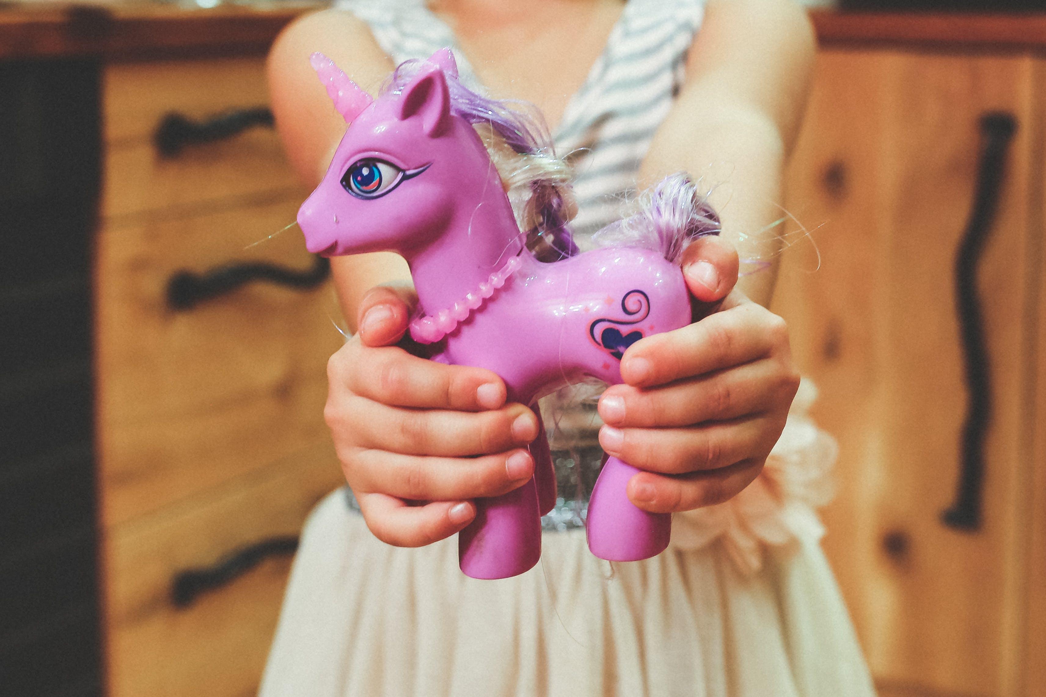 anaokulu, at, çocuk, eller içeren Ücretsiz stok fotoğraf