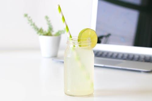 Darmowe zdjęcie z galerii z ciąć, drink, głębia pola, laptop
