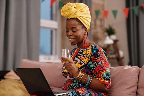 Фотография женщины, смотрящей на свой ноутбук