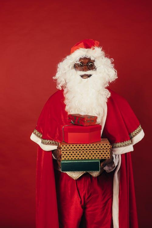 Papai Noel Segurando Presentes De Natal Em Fundo Vermelho