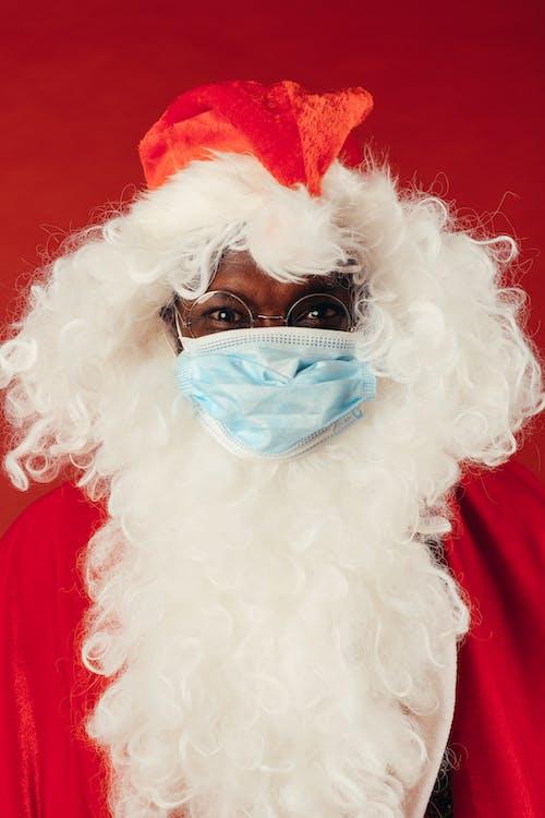 Homem Com Roupa De Papai Noel E Máscara Facial
