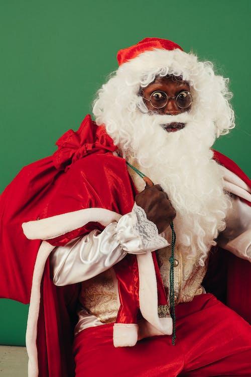 Papai Noel Olhando Surpreso Enquanto Segura Uma Sacola De Papai Noel