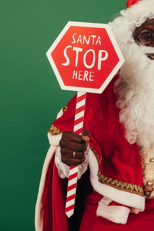 Papai Noel Segurando Uma Placa Vermelha E Branca
