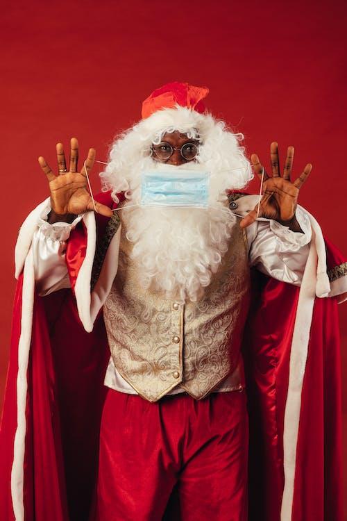 Santa Claus Sosteniendo Una Mascarilla