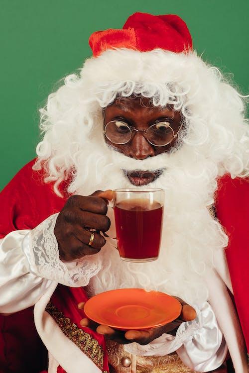 Homem Com Roupa De Papai Noel Bebendo Chá Quente