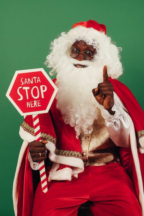 Père Noël Tenant Des Panneaux D'arrêt Rouge Et Blanc