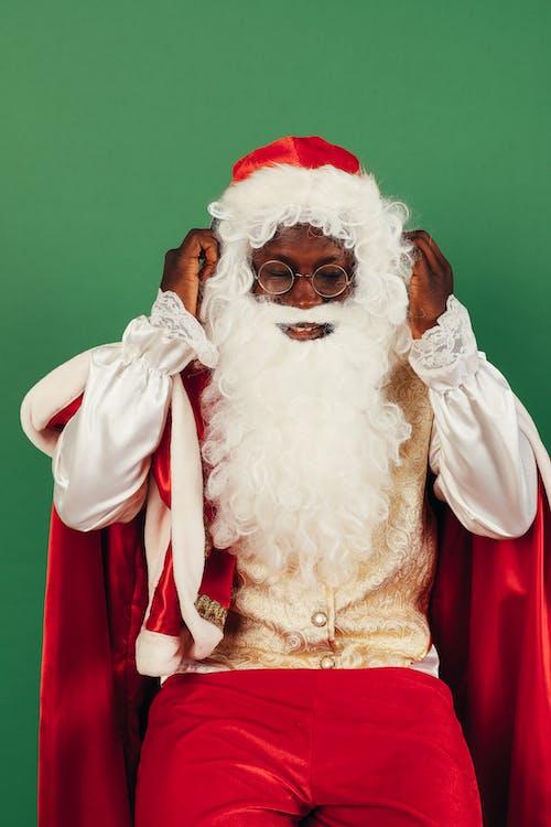 Papai Noel Arrumando O Cabelo