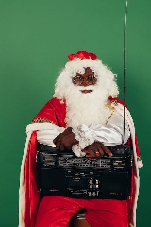 Père Noël Tenant Une Radio Classique Sur Ses Genoux