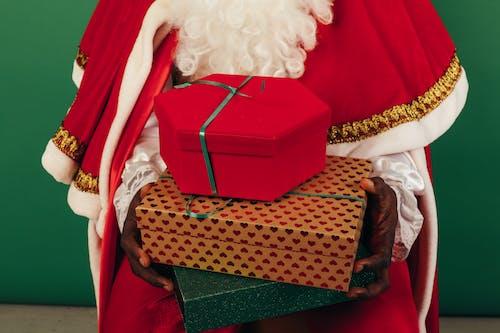 Orang Dengan Pakaian Sinterklas Memegang Hadiah