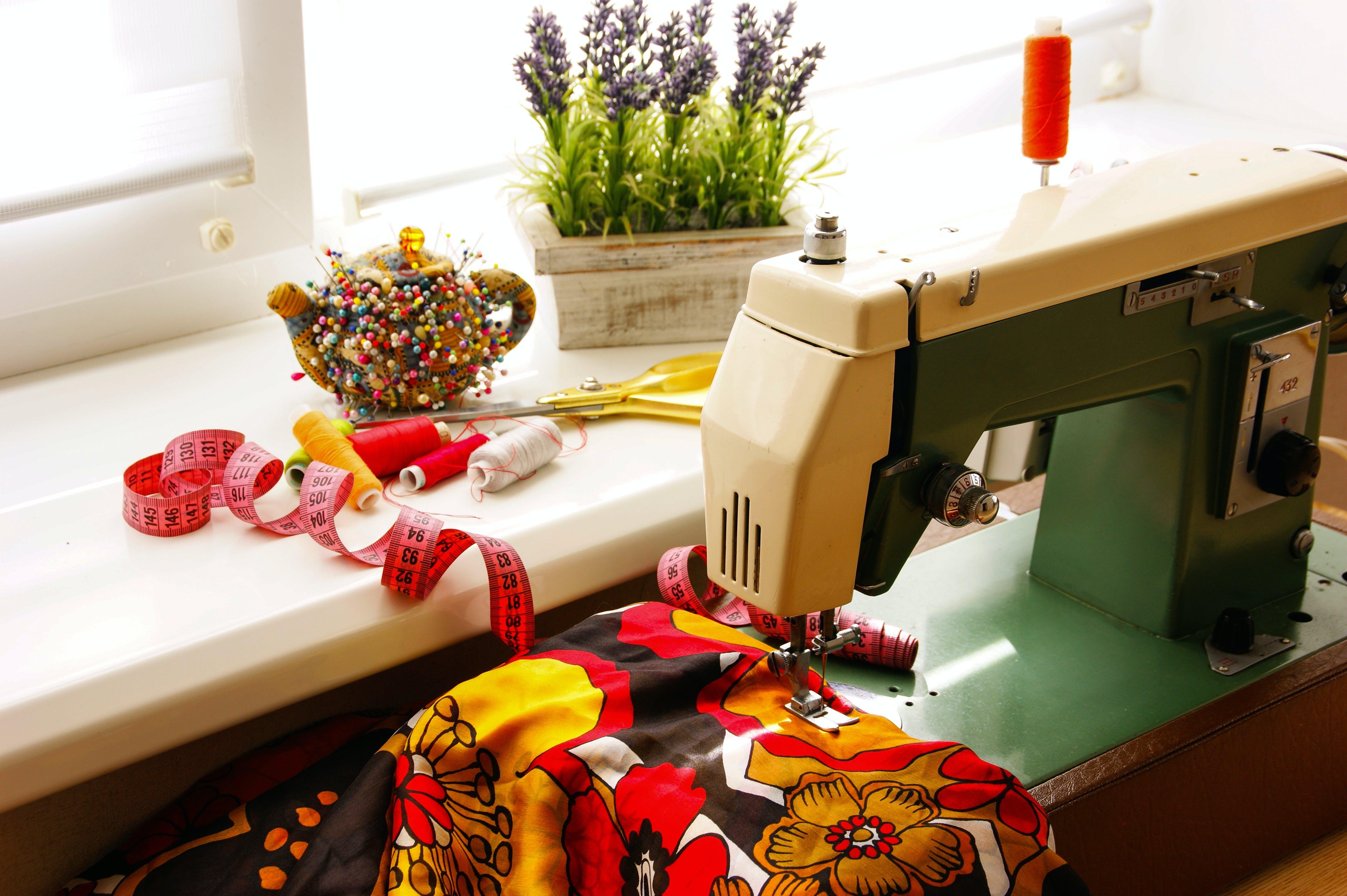 Základová fotografie zdarma na téma bavlna, materiál, nitě, šicí stroj
