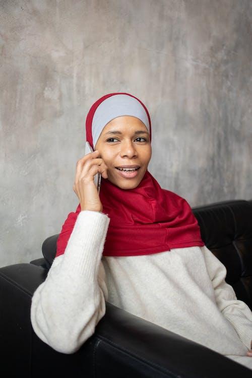 Mulher De Suéter Branco E Hijab Vermelho