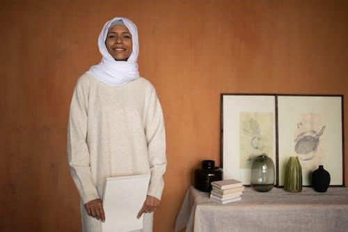 Femme En Hijab Blanc Debout Près De Mur En Bois Brun