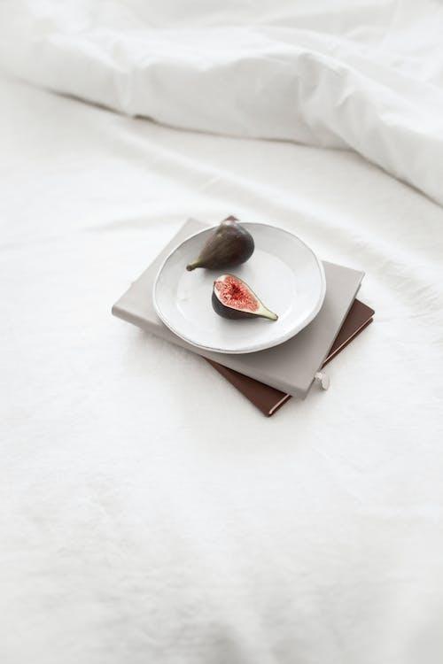 Irisan Strawberry Di Piring Keramik Putih
