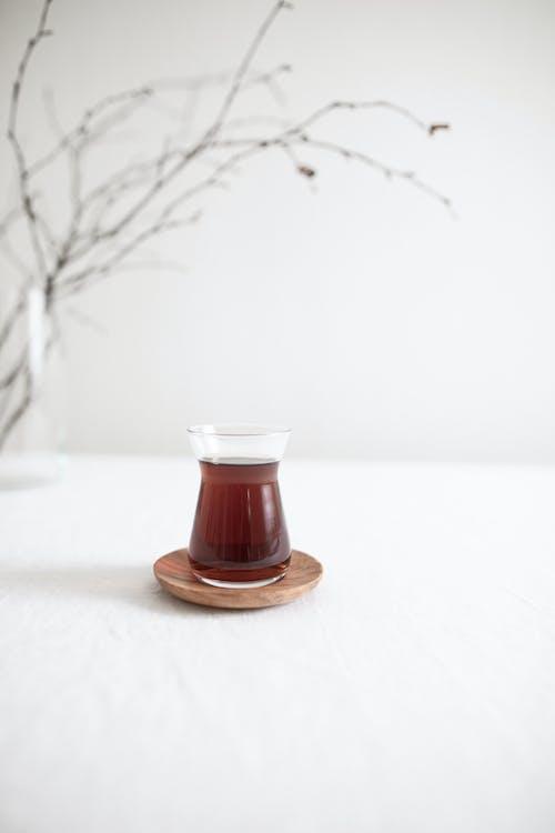 Gelas Kaca Bening Di Atas Tatakan Kayu Coklat