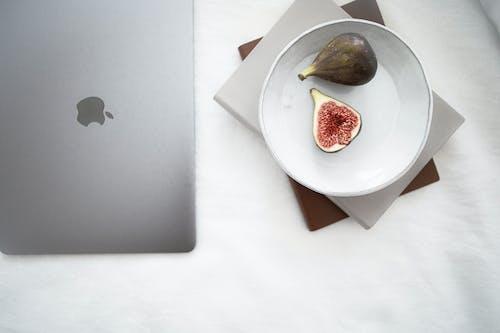 Macbook Perak Di Meja Putih