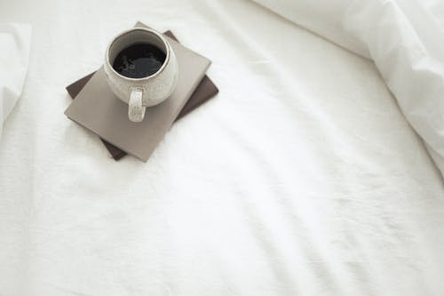 Mug Keramik Putih Di Atas Kertas Coklat Dan Putih