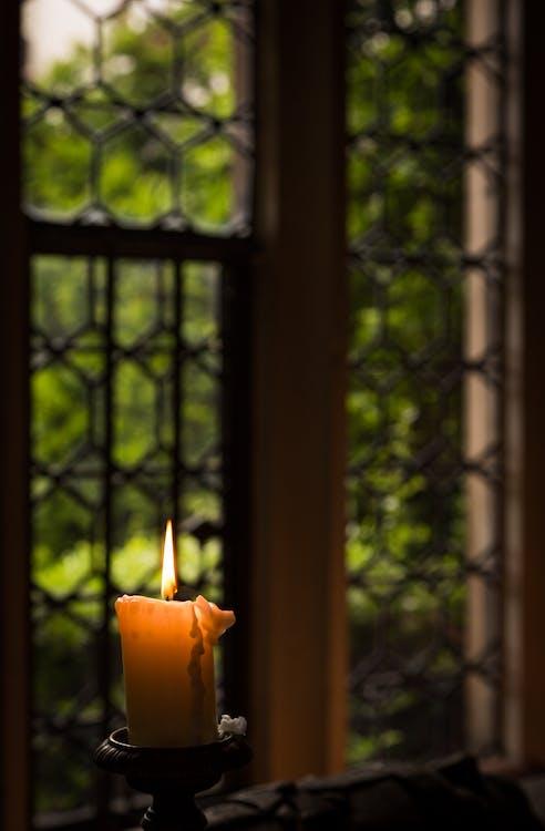 gammelt vindu, levende lys, stearinlys