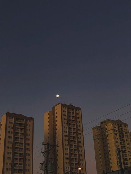 Fotos de stock gratuitas de anochecer, Bloque de pisos, cielo