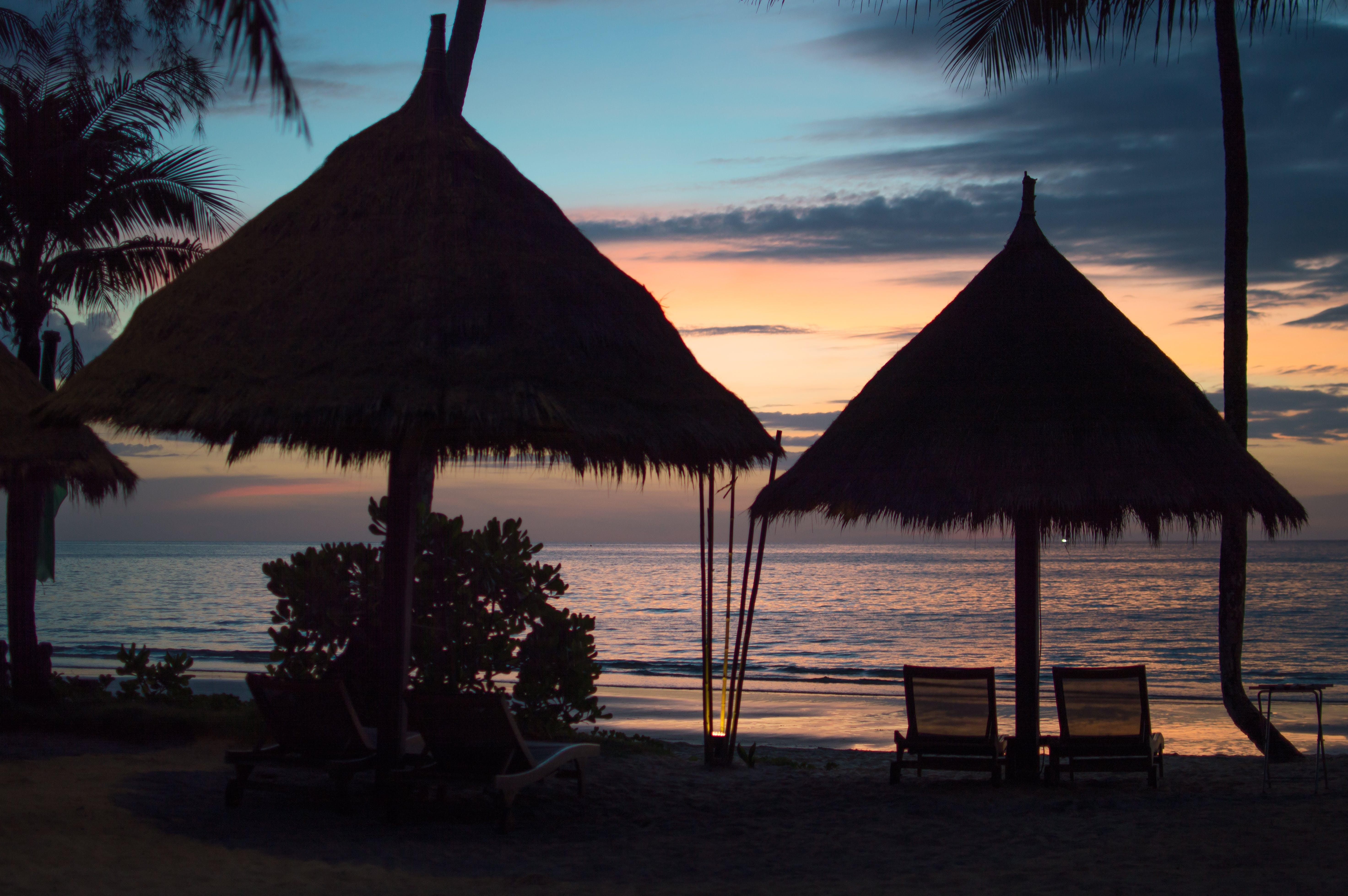 Kostenloses Stock Foto zu hütte, sonnenuntergang, strand, strandhütte