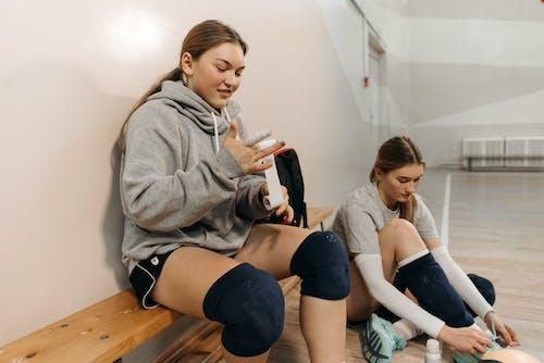 Kostenloses Stock Foto zu athleten, drinnen, frauen