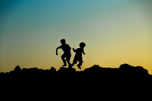 Photo De Silhouette D'enfants Sautant