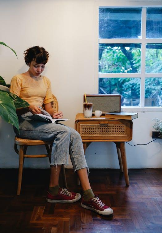 Základová fotografie zdarma na téma apartmán, brunetka, chytrý