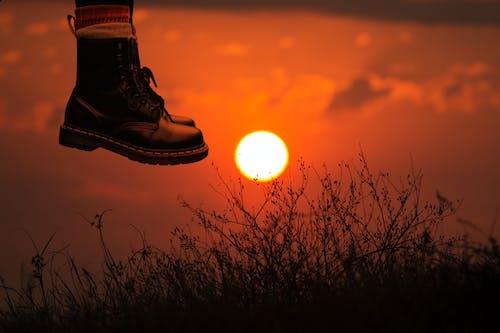 Kostnadsfri bild av ben, fot, gyllene solnedgång