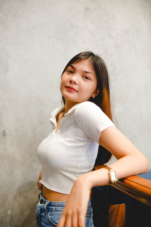 beyaz üst, eğik, kot içeren Ücretsiz stok fotoğraf