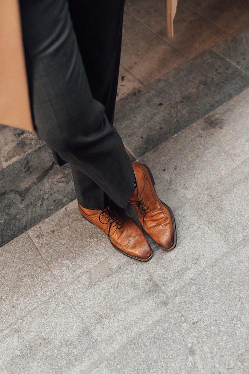 Foto stok gratis alas kaki, anggun, anonim