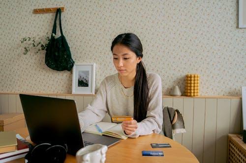 Ingyenes stockfotó asztal, ázsiai, bankkártyák témában