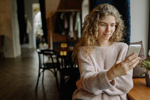 在家, 女人, 室內 的 免費圖庫相片