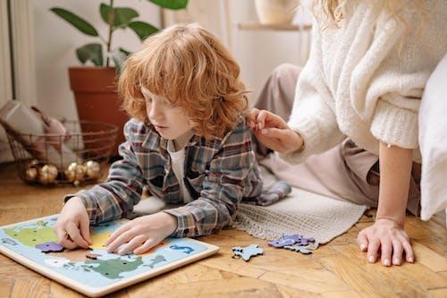 Ingyenes stockfotó aranyos, asztal, baba, beltéri témában