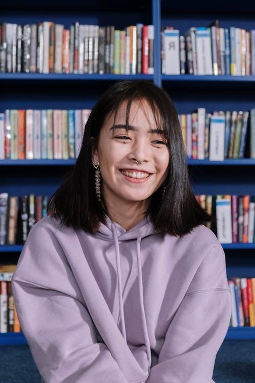 Gratis stockfoto met Aziatisch, bibliotheek, blij