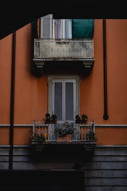 Fotobanka sbezplatnými fotkami na tému balkóny, budova, črepníkové rastliny