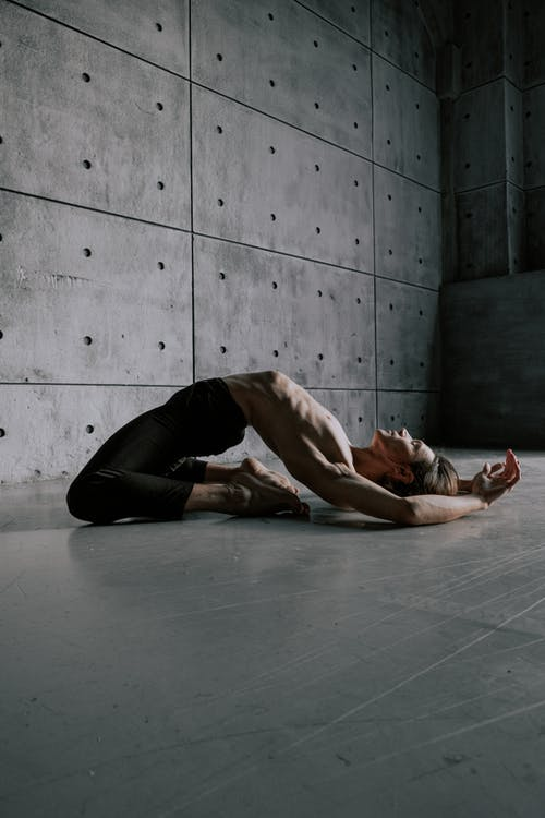 床に横たわっているトップレスの男