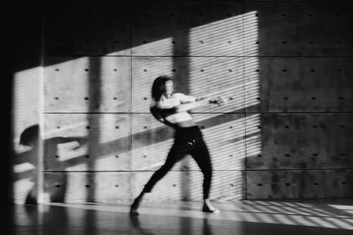 Kostnadsfri bild av betongvägg, byxor, dans