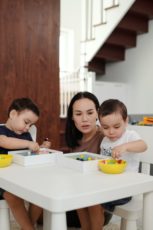 Gratis stockfoto met aan tafel, familie, gezin