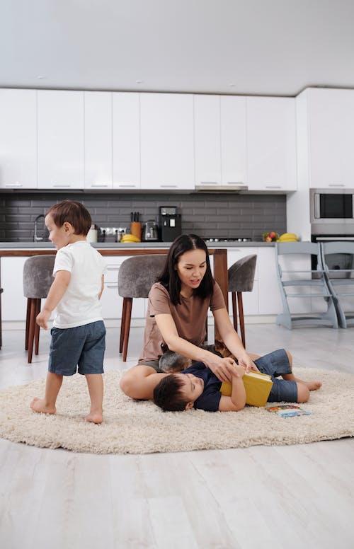 2 Vrouwen Zittend Op De Vloer