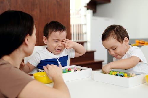 Jongen In Wit T Shirt Met Ronde Hals Met Gele Plastic Container
